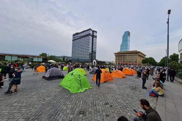 Eylem yapılan alanda çadır kurulmuş