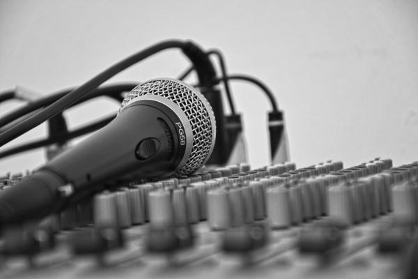 Bir ses mikseri ve mikrofon.