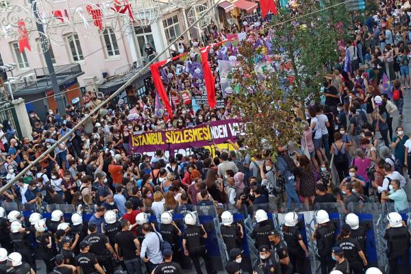 İstanbul sözleşmesi için toplanan çok sayıda kadın
