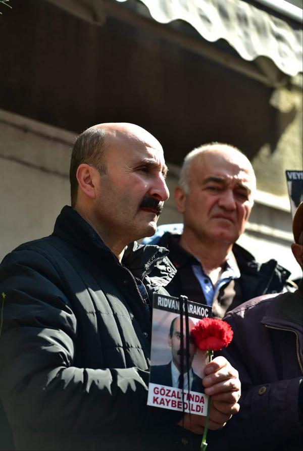 Hasan Karakoç elinde Rıdvan Karakoçun fotoğrafını taşıyor.