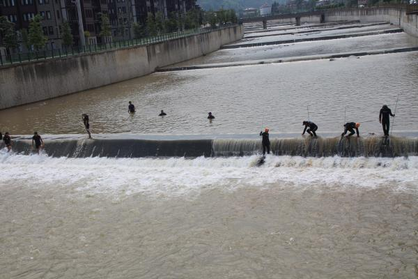 Rize'de sel nedeniyle kaybolan kişileri arama çalışması