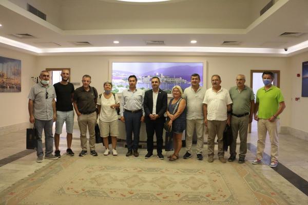 Emek Partisi yöneticileri, Bodrum Belediyesini ziyaret ettikten sonra fotoğraf çektirdi, Ercüment Akdeniz (sağdan altıncı)