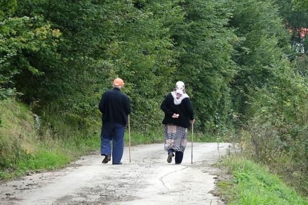 Hamsiköy'de yürüyen iki kişi