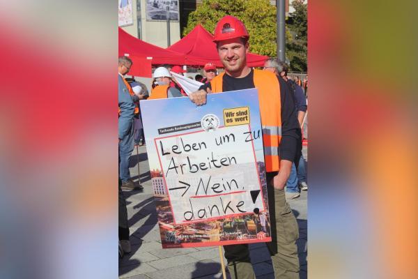 Berlin'de eylem yapan inşaat işçisi