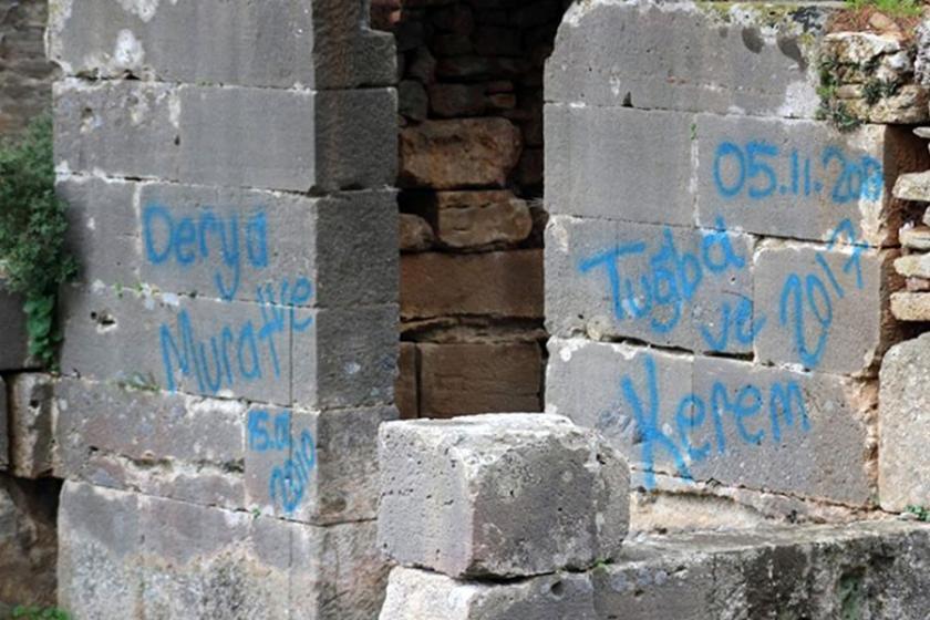 Antik kentin duvarlarına sevgililerinin ismini yazdılar