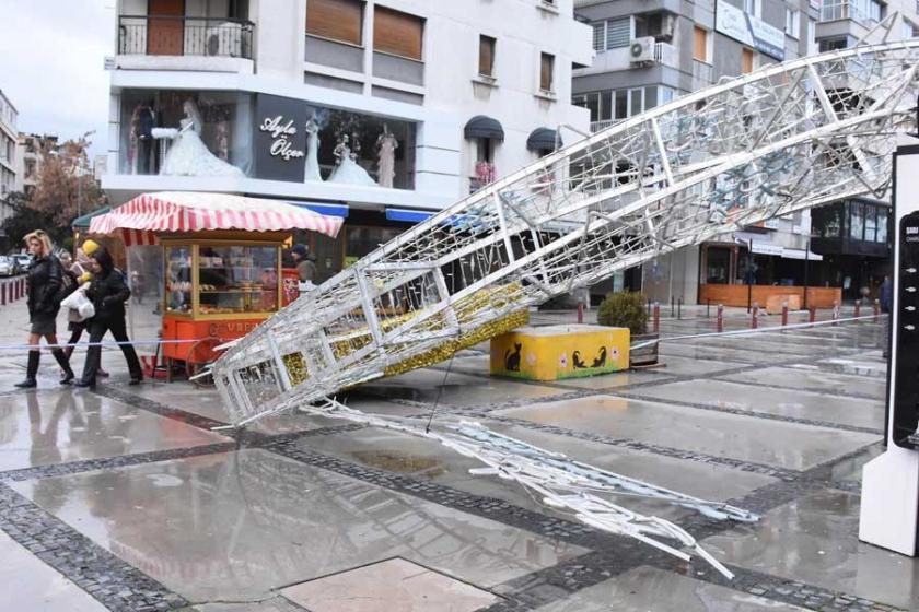 İzmir'de rüzgar kemeri devirdi, vapur seferleri iptal oldu