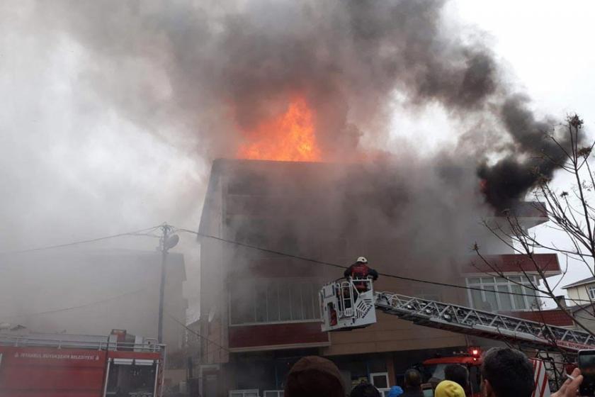 Sultanbeyli'de çatı yangını: 2 kişi kurtarıldı