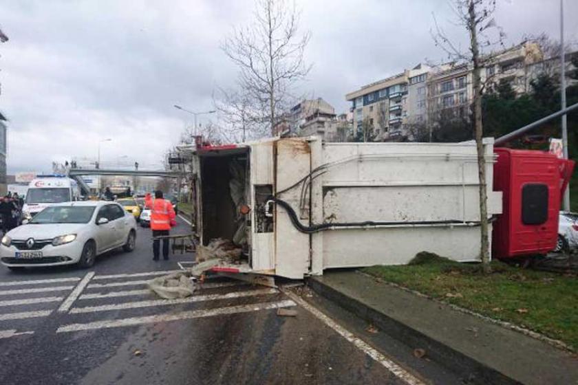 Şişli'de çöp kamyonu kaza yaptı: 2'si işçi 3 yaralı