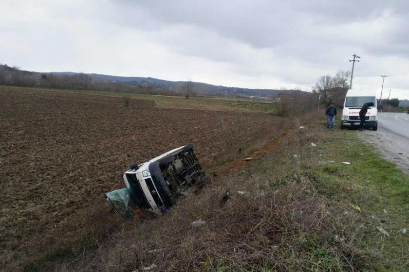 Sakarya'da işçi servisi kaza yaptı: 12 yaralı