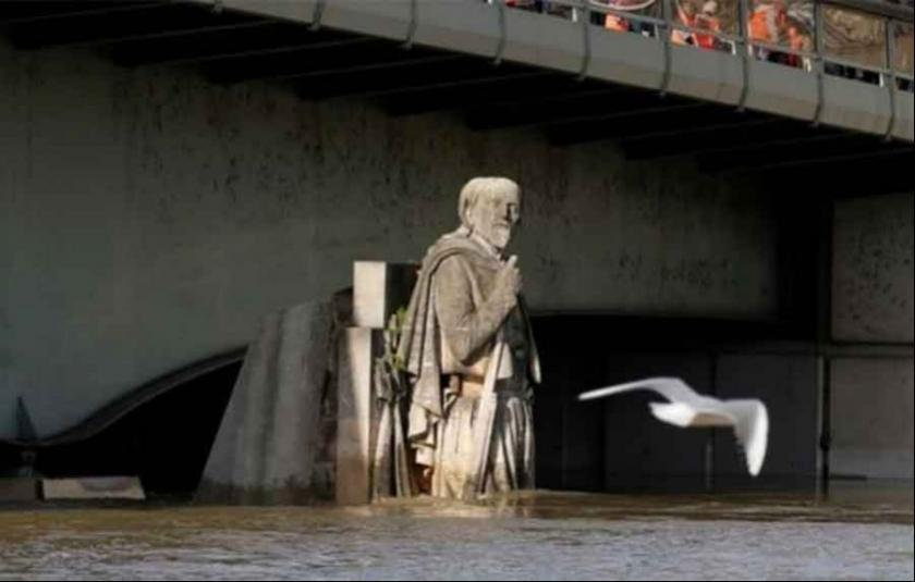 Paris'te Seine Nehri taşmak üzere