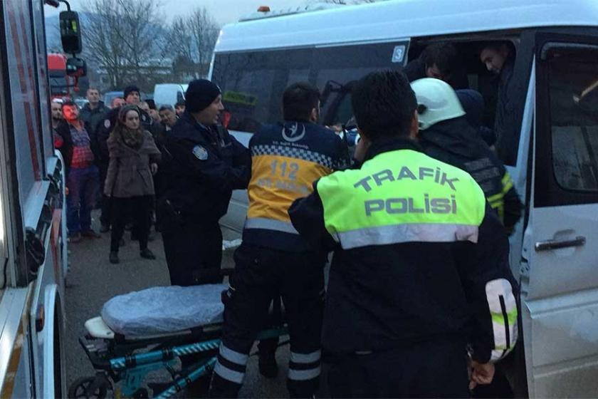 İşçi servisi kamyona çarptı: 5 işçi yaralandı