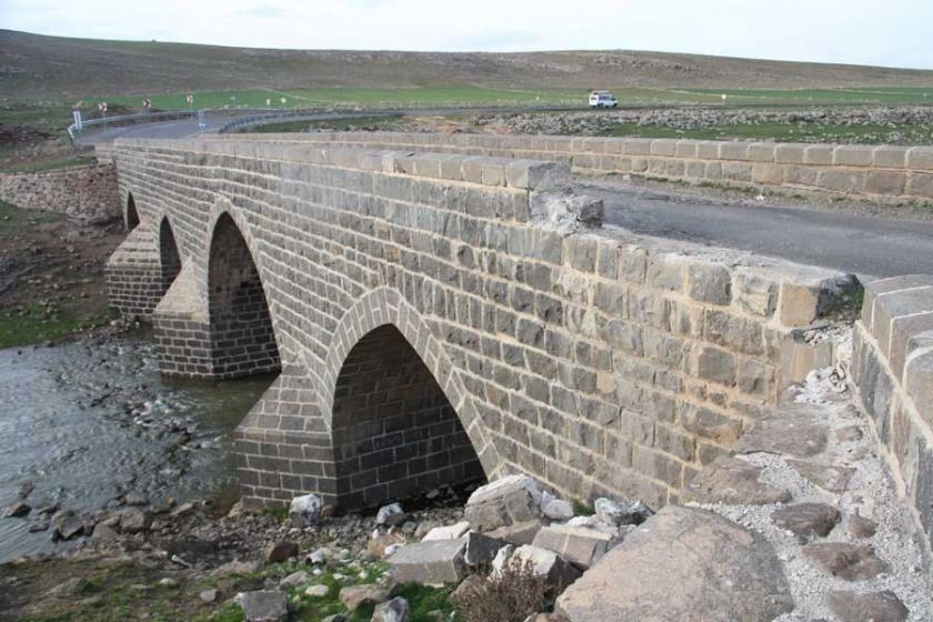 Taş ocağı yüzünden 600 yıllık köprüye zarar verdiler