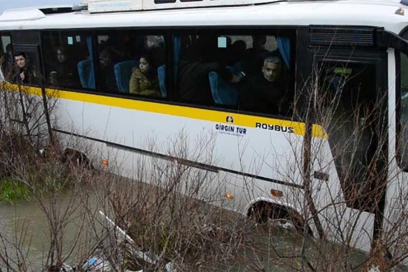 Minibüs çaya daldı: 25 işçi mahsur kaldı