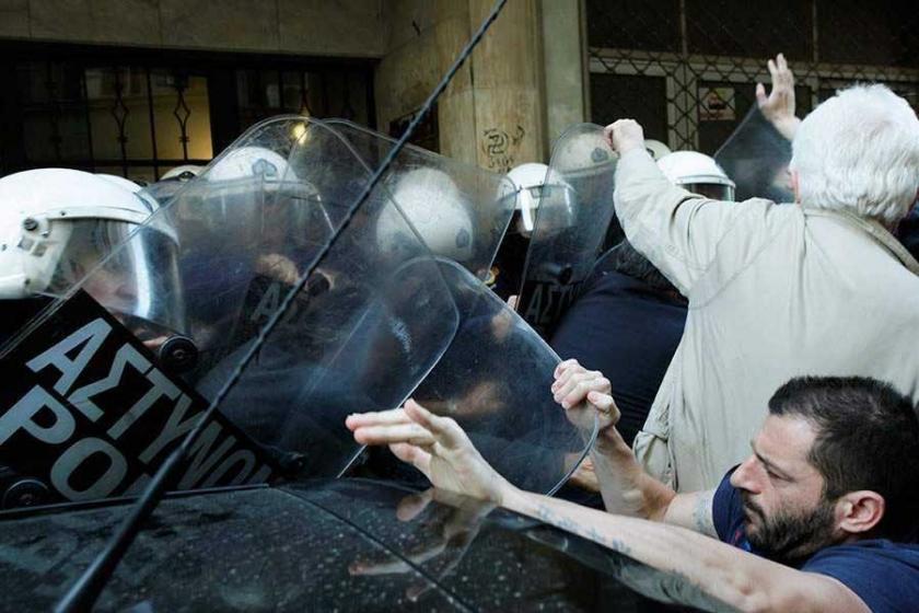 Atina'da 'haciz' protestosuna saldırı: 5 yaralı, 3 gözaltı