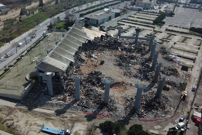 Abdi İpekçi Spor salonunun yüzde 75'i yıkıldı