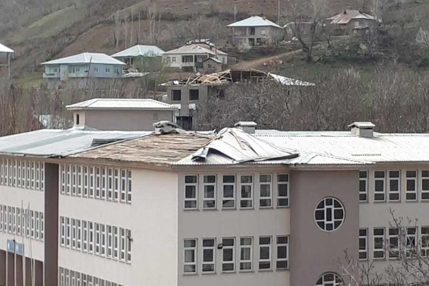 Şemdinli'de fırtına çatıları uçurdu