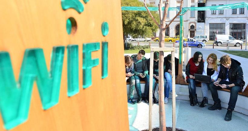 İzmir'de meydanlarda internet bedava oluyor