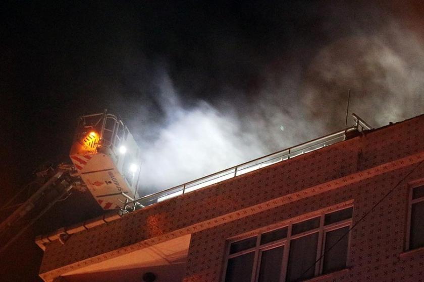 Bahçelievler'de 5 katlı bir binanın çatısı yandı