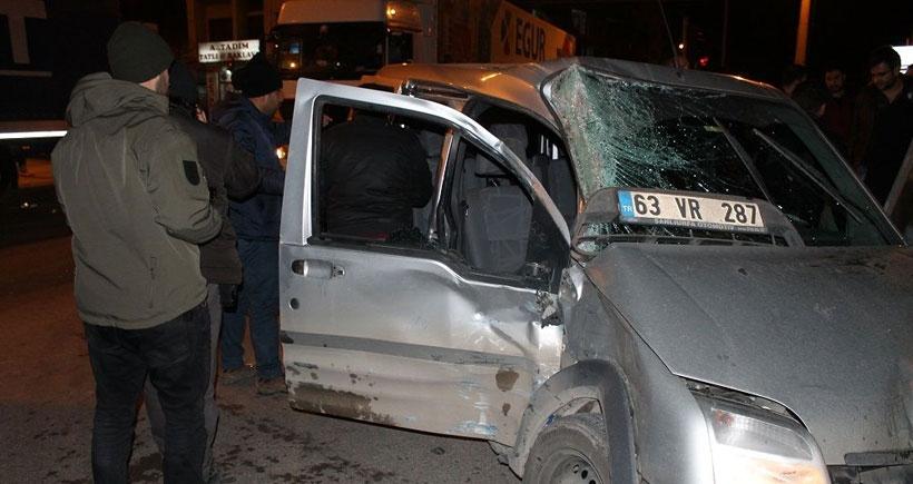 Polis aracı TIR'a çarptı: 3 polis yaralandı