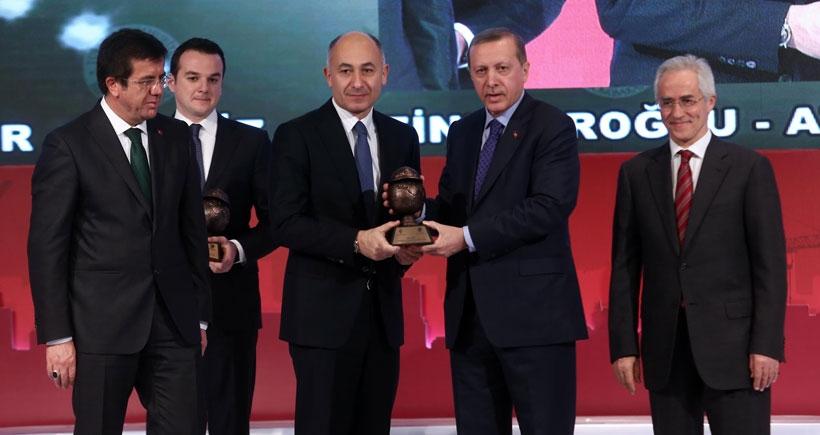 Erdoğan'dan Ak Saray'ın müteahhidine ödül