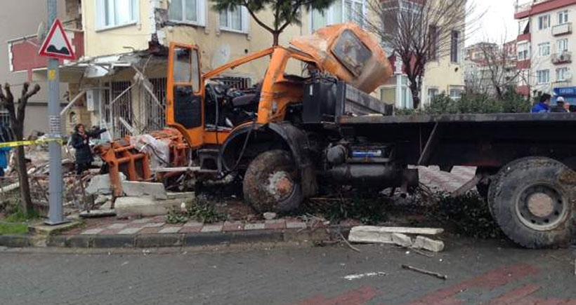 Kar küreme aracı binaya çarptı: 1 işçi öldü