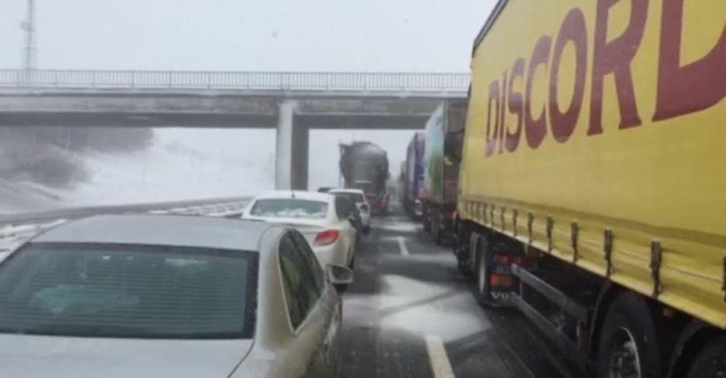Zincirleme kazalar TEM'i trafiğe kapattı