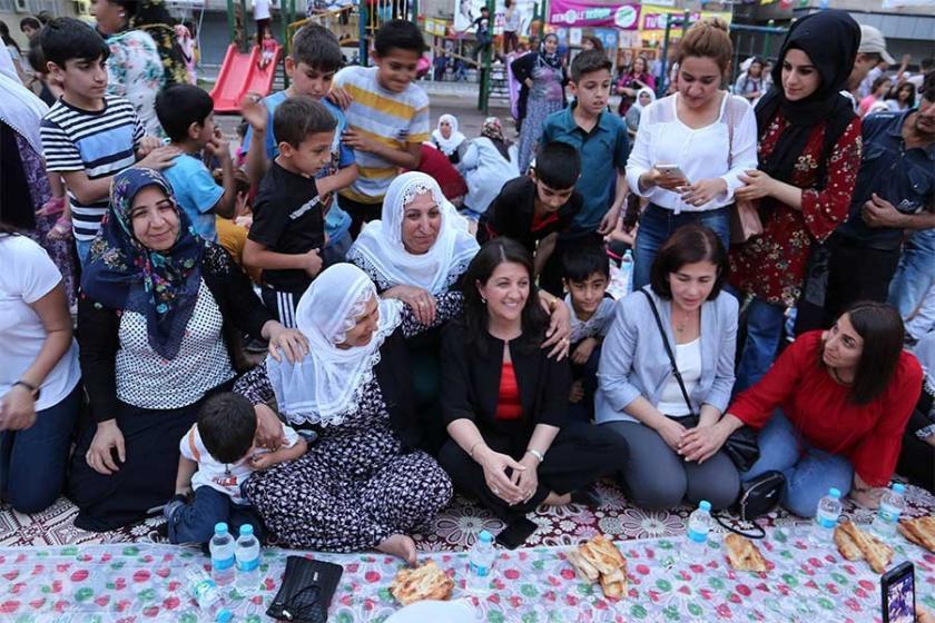 HDP'li kadınlar iftar sofrası kurdu, imam ezan okumadı