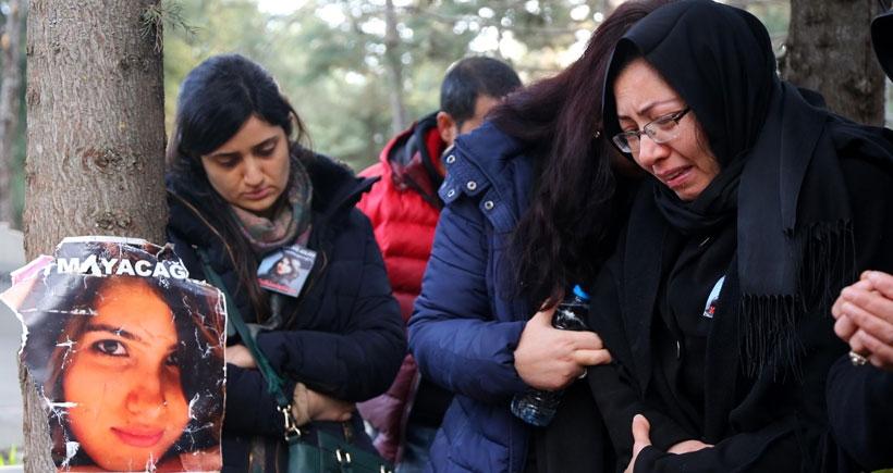 Anne ve babası, Özgecan'ı mezarlıkta ziyaret etti