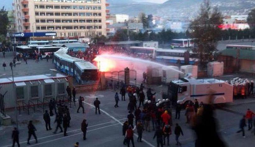 Polis, derbi öncesi Göztepeli taraftarlara saldırdı