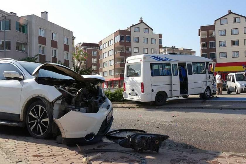 İşçi servisi ile otomobil çarpıştı: 12 yaralı