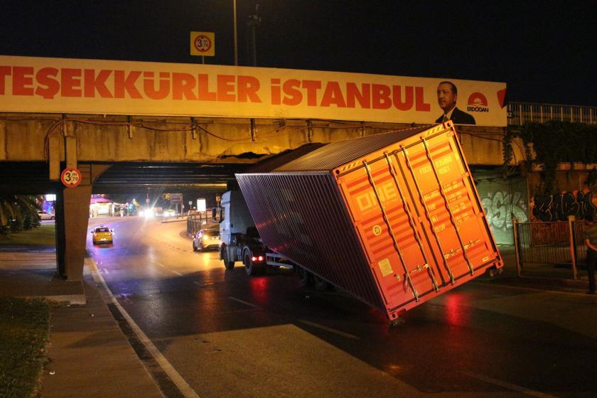 Unkapanı Köprüsü'ne sıkışan TIR'ın dorsesi yan yattı