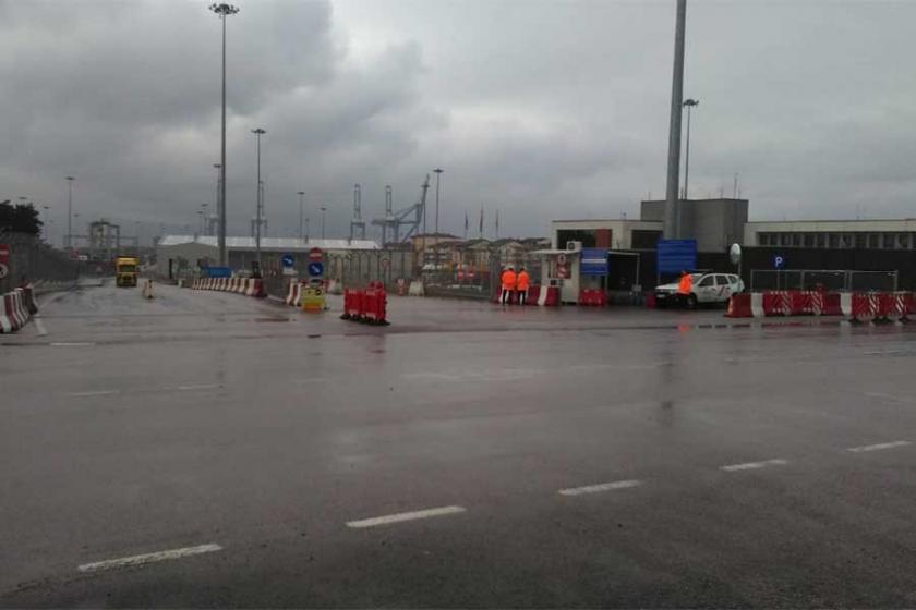 Ücretlerinde kesinti yapılan liman işçileri iş bıraktı