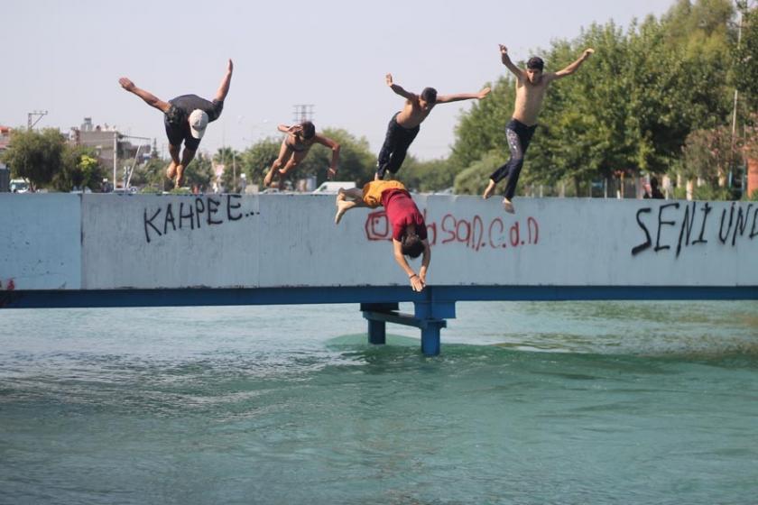 Sulama kanallarında yüzen çocuklar: Ücretsiz havuz olsa niye gelelim