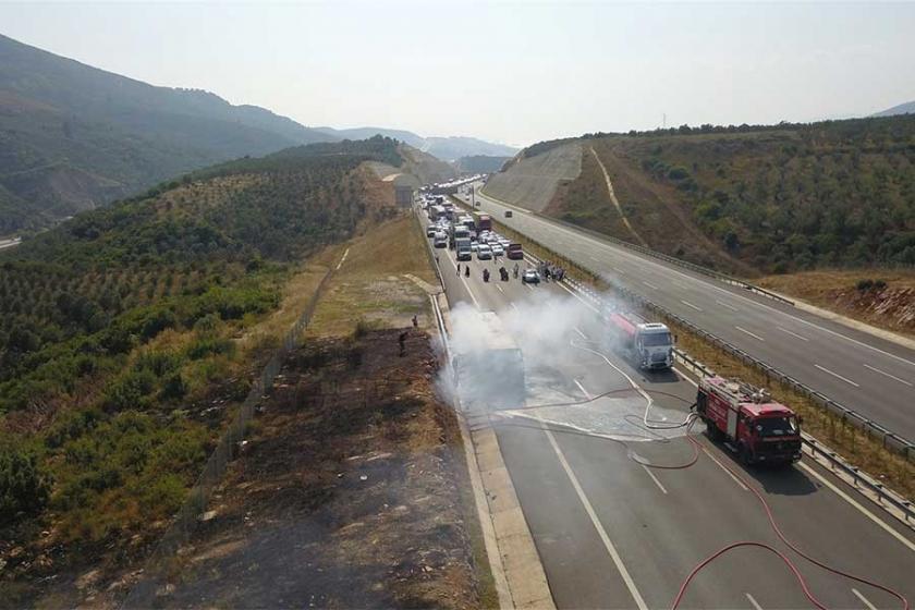Otoyolda otobüs yandı; uzun araç kuyruğu oluştu