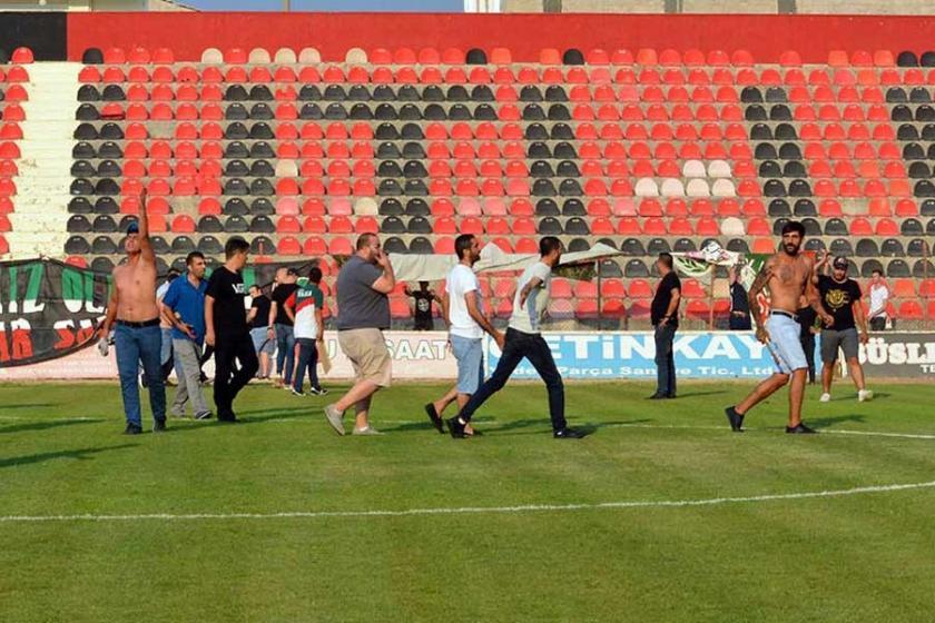Turgutluspor-Karşıyaka maçında taraftarlar birbirine girdi