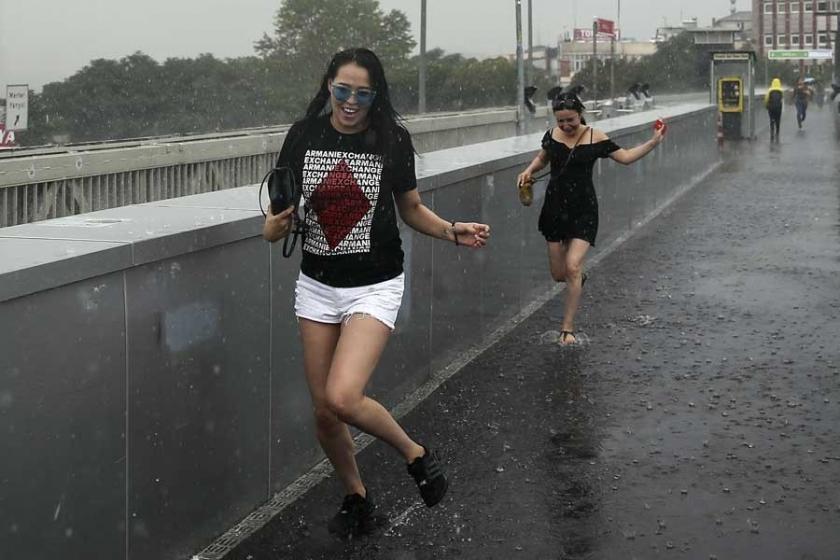İstanbul'da sağanak etkili olurken su baskını uyarısı yapıldı