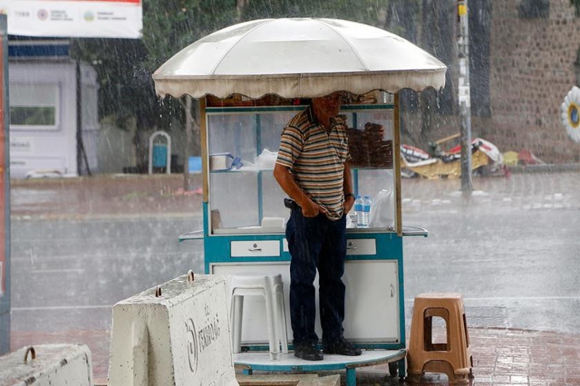 Edirne ve Tekirdağ'da sağanak yağış hayatı olumsuz etkiledi