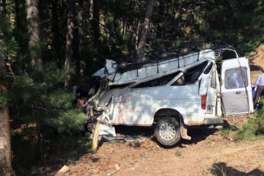 Düğünden dönenleri taşıyan minibüs devrildi: 2 ölü, 8 yaralı