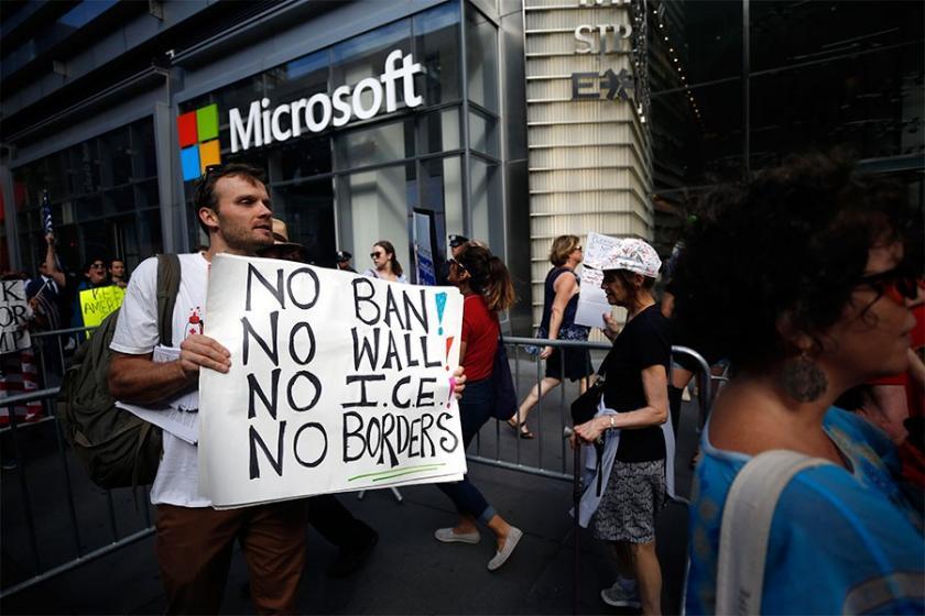 Microsoft ve Amazon binaları önünde mültecilere destek eylemi