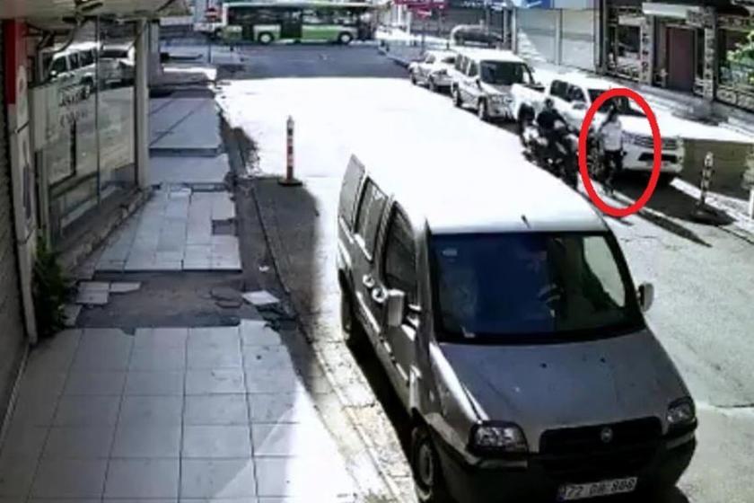Yolda yürüyen kadını tekmeleyen motosikletli yakalandı