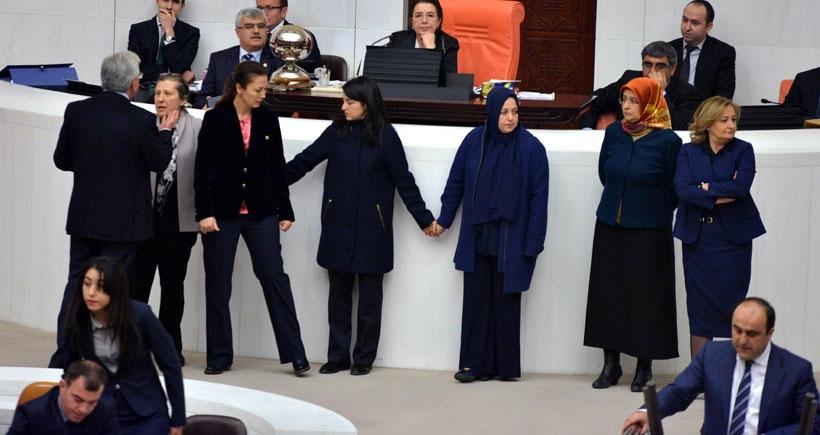 AKP'li kadın vekillerden el ele tutuşmalı eylem
