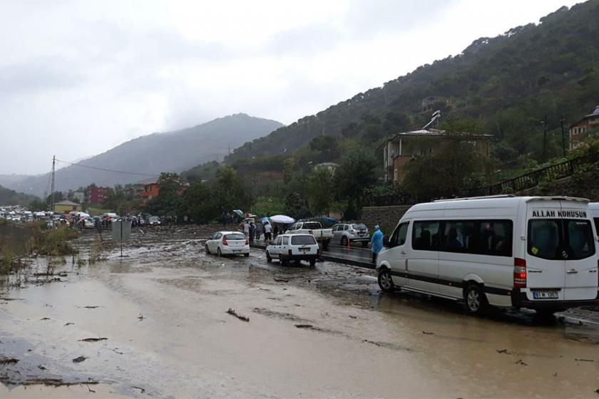 Trabzon'da yağış: Karayolu kapandı, binaları su bastı