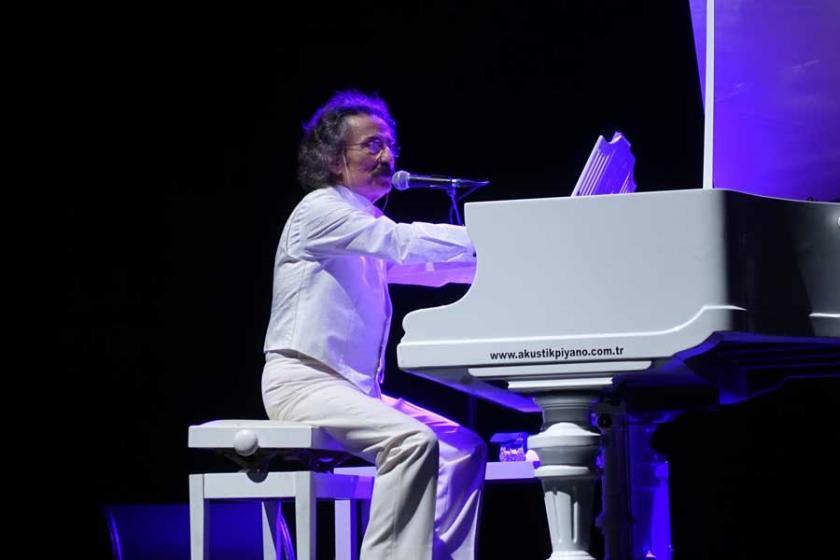 Timur Selçuk, 50. sanat yılını sahnede kutladı