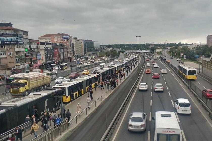 Beşyol durağı yakınlarındaki metrobüs arızası seferleri aksattı