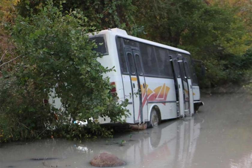 İzmir'de midibüs çaya uçtu: 5 işçi yaralandı