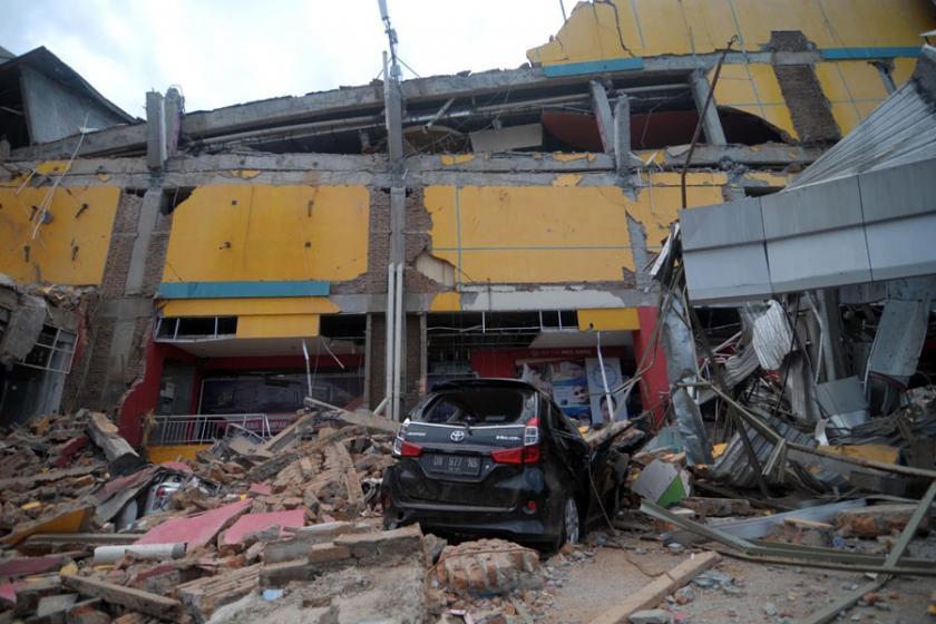 Şiddetli depremle sarsılan Endonezya'da yanardağı patladı