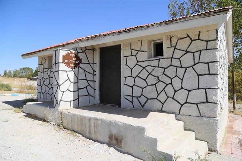 Ermeni mezarlığının üstüne yapılan tuvaletler hala kaldırılmadı