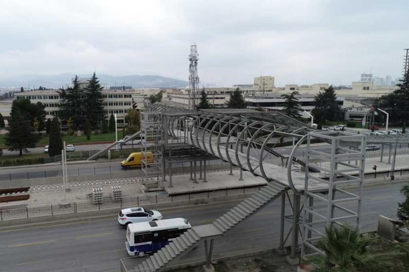 Bursa'da bitmeyen üst geçitler nedeniyle tehlikeli geçişlere tepki