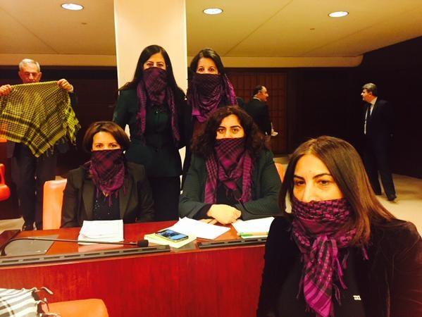 HDP'li vekillerden Mecliste puşili protesto
