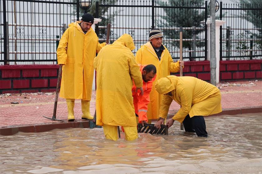 Bölgede sağanak etkili oldu: Ev ve iş yerlerini su bastı